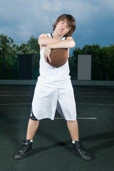 Adolescente com basquete