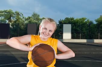 Adolescente feliz com basquete