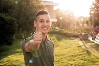 Adolescente, mostrando, polegar, cima, sinal