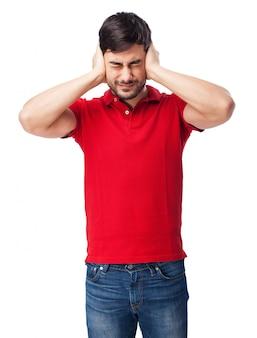 Adolescente que cobrem suas orelhas
