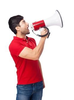 Adolescente que olha para cima com megafone