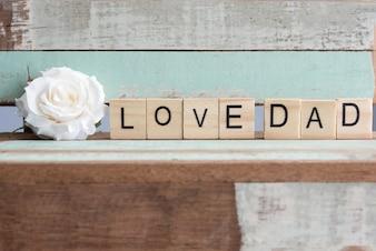 Adoro palavras de pai com rosa branca na mesa vintage rústica