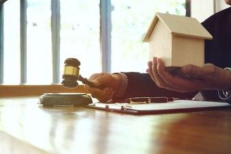 Advogado batendo com gavel no tribunal. conceito de justiça e direito.