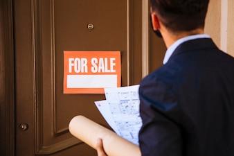 Agente imobiliário na porta
