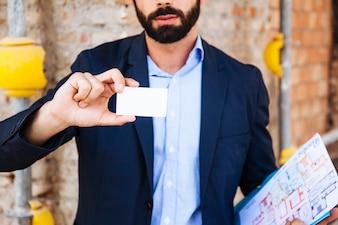Agente imobiliário segurando cartão de visita