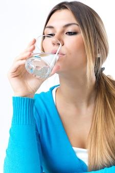 Água bebendo nova bonita. Isolado no branco.