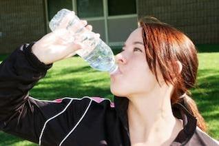 água potável menina