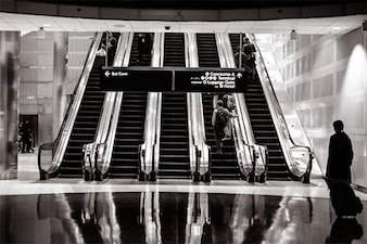 Aeroporto interior em preto e branco