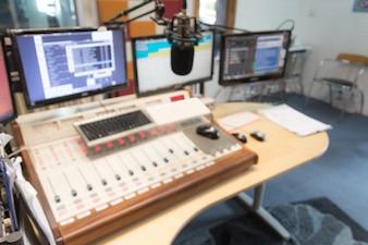 Ajustando controle digital rádio engenheiro
