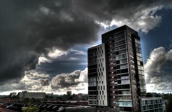 Alto edifício ascensão e um céu sombrio
