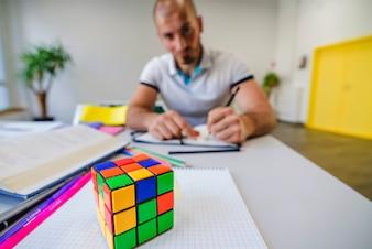 Aluno e cubo de Rubik