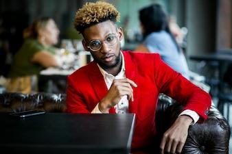 Americano africano em um café