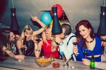 Amigos comemorando no bar