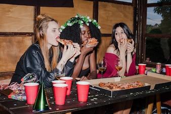 Amigos famintos comendo pizza