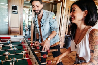 Amigos jogando futebol de mesa