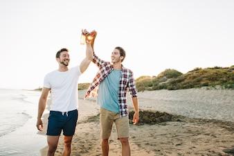 Amigos masculinos na praia