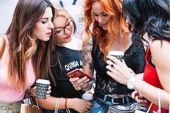 Amigos olhando fotos na tela do smartphone