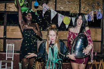 Amigos que dançam na festa louca