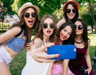 Amigos recebendo uma foto