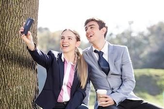 Amigos rindo e tirar uma foto