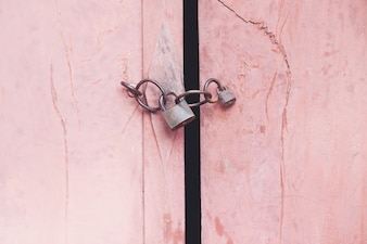 Antigo cadeado na porta de madeira