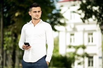 Aparência andando smartphone dia elegante europeu
