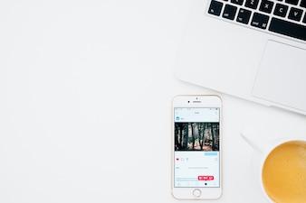 Aplicação Instagram no telefone, café e laptop