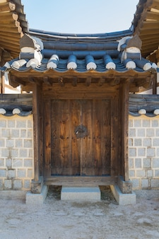 Arquitetura bonita em Namsangol Hanok Village em Seul, Coréia