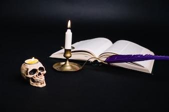 Arranjo criativo do livro e do candelabro
