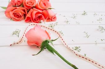 Arranjo floral com rosa de salmão destacado