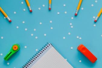 Artigos de papelaria organizados de forma criativa