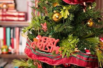 Árvore decorativa com um sinal de feliz natal