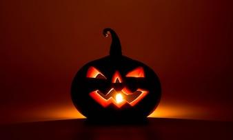 As abóboras de Halloween sorriem e os olhos da escrivão para a noite de festa