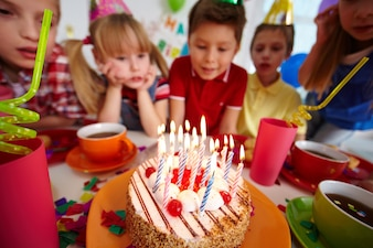 As crianças se divertindo na festa de aniversário
