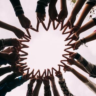 As mãos formam um círculo
