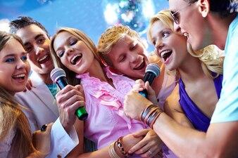 As pessoas felizes cantando