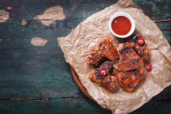 Asas de frango delicioso com molho de tomate