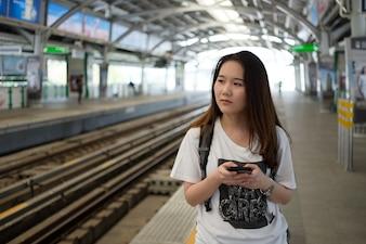 Asiático, mulher, turista, usando, smartphone, enquanto, viagem