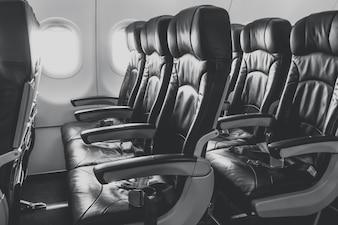 Assentos de avião na cabine.