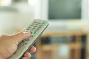 Assistindo TV e usando controle remoto