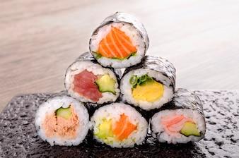 Assorted mini-rolo de sushi