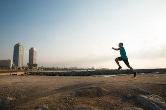 Attic city guy correndo de manhã