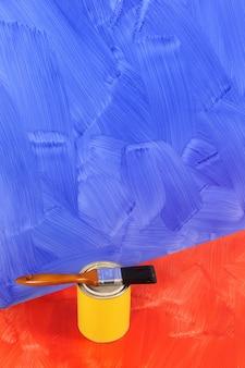 Azul parede pintada com pintura podem