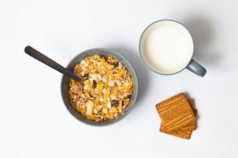 Bacia de cereal, copo de leite e biscoitos