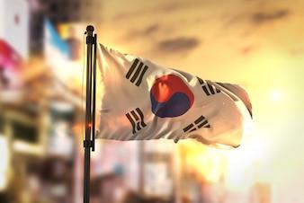 Bandeira da Coréia do Sul contra a cidade Fundo borrado no amanhecer Luz de fundo