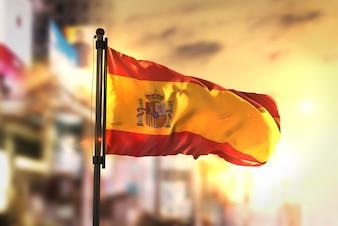 Bandeira da Espanha contra a cidade Fundo borrado no amanhecer Luz de fundo