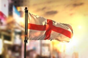 Bandeira da Inglaterra contra a cidade Fundo borrado no amanhecer Luz de fundo