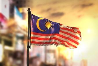 Bandeira da Malásia contra a cidade Fundo borrado no amanhecer Luz de fundo