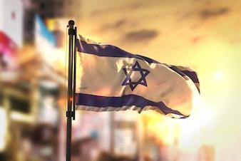 Bandeira de Israel contra a cidade Fundo borrado no amanhecer Luz de fundo