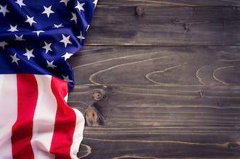 Bandeira dos EUA no fundo da parede de madeira e textura com espaço